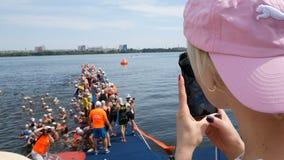 DNIPRO, УКРАИНА 9-ое июня 2019: Фестиваль триатлона Dnipro, спортсмены в реке перед началом плавать конкуренция, 9-ое июня видеоматериал
