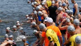 DNIPRO, УКРАИНА 9-ое июня 2019: Фестиваль триатлона Dnipro, спортсмены в реке перед началом плавать конкуренция, 9-ое июня сток-видео