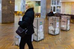 DNIPRO, УКРАИНА - 31-ое марта 2019: Взгляд голосований в урне для избирательных бюллетеней на станции голосования Избрание презид стоковое изображение rf