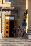 DNIPRO, УКРАИНА - 31-ое марта 2019: Вход к месту избирательного участка в здании университета Избрание  стоковое фото