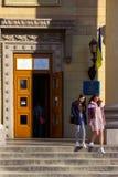 DNIPRO, УКРАИНА - 31-ое марта 2019: Вход к месту избирательного участка в здании университета Избрание  стоковая фотография rf