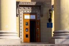 DNIPRO, УКРАИНА - 31-ое марта 2019: Вход к месту избирательного участка в здании университета Избрание  стоковое изображение