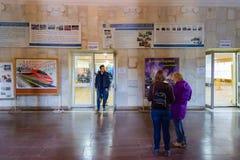 DNIPRO, УКРАИНА - 31-ое марта 2019: Опрос проголосовавших на станции голосования Избрание президента Украины Наблюдатели от разли стоковое изображение