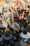 Dnipro, УКРАИНА - сентябрь 2017: Блошинный в Dnipro Старое винтажное вещество для продажи Различные используемые продукты: лампы  Стоковое Фото