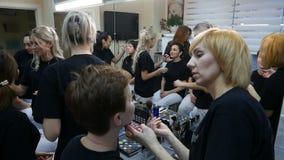 DNIPRO, DE OEKRAÏNE 14 DECEMBER, 2017: studenten die binnen make-upkunstenaar opleiden te worden bij schoonheidsstudio op 14 Dece stock videobeelden