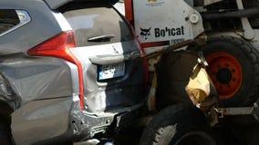 Dnipro, 10 Oekraïne-April, 2019: Het voertuigbotsing van de wegdienst met jeep, 10 April, 2019 in Dnipro, de Oekraïne stock video