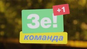 DNIPRO, UCRÂNIA - 16 de junho de 2019: Campanha eleitoral do presidente de Ucrânia, Vladimir Zelensky Etiquetas verdes filme