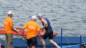 DNIPRO, UCRÂNIA 9 de junho de 2019: Festival do Triathlon de Dnipro, revestimento da competição nadadora, o 9 de junho de 2019 em vídeos de arquivo