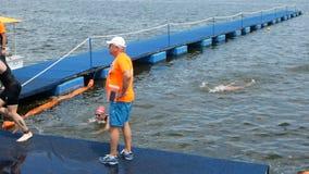 DNIPRO, UCRÂNIA 9 de junho de 2019: Festival do Triathlon de Dnipro, revestimento da competição nadadora, o 9 de junho de 2019 em filme