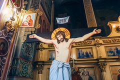 Dnipro, Ucraina - 6 agosto 2017: crocifissione di Jesus Christ sui precedenti dell'altare nella chiesa o nella cattedrale Fotografie Stock