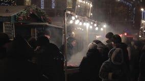 DNIPRO, UCRAINA - 6 GENNAIO 2019: La gente agli eventi di massa dedicati alla celebrazione del nuovo anno e del Natale Negozio al video d archivio