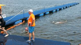 DNIPRO, UCRAINA 9 giugno 2019: Festival di triathlon di Dnipro, rivestimento di concorrenza di nuoto, il 9 giugno 2019 in Dnipro, stock footage