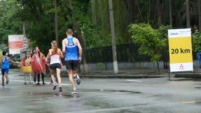 DNIPRO, UCRAINA 20 MAGGIO: Corridori di sostegno durante la corsa corrente maratona alla terza mezza maratona 2018 di INTERPIPE D stock footage