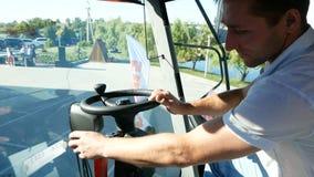 DNIPRO, UCRANIA - 30 DE AGOSTO DE 2018: Cosechadoras, tractores y maquinaria durante la exposición agrícola, el 30 de agosto de almacen de video