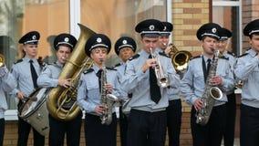DNIPRO, UCRANIA 7 DE AGOSTO DE 2018: La banda militar del músico de la policía nacional ucraniana toca la trompeta en la marcha almacen de video