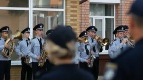 DNIPRO, UCRANIA 7 DE AGOSTO DE 2018: La banda militar del músico de la policía nacional ucraniana toca la trompeta en la marcha almacen de metraje de vídeo