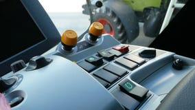 DNIPRO, UCRANIA - 30 DE AGOSTO DE 2018: Máquina segadora durante la exposición agrícola, el 30 de agosto de 2018 en Dnipro metrajes