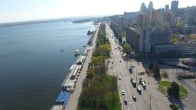 Dnipro, Ucrania 22 de agosto: Opinión aérea sobre el terraplén de la ciudad ucraniana Dnipro situado en el banco del río grande almacen de video