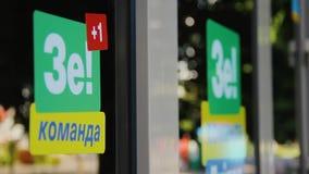 DNIPRO, UCRANIA - 16 de junio de 2019: Campaña electoral del presidente de Ucrania, Vladimir Zelensky Etiquetas engomadas verdes almacen de video