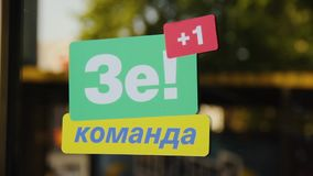 DNIPRO, UCRANIA - 16 de junio de 2019: Campaña electoral del presidente de Ucrania, Vladimir Zelensky Etiquetas engomadas verdes metrajes
