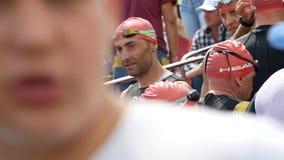 Dnipro, Ucrania 9 de junio de 2019: El festival del Triathlon de Dnipro, atletas se está preparando para la competencia de la nat metrajes