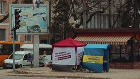 DNIPRO, UCRANIA - 4 de marzo de 2019: El promotor de la calle distribuye los periódicos y los materiales de la campaña cerca de l