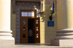 DNIPRO, UCRANIA - 31 de marzo de 2019: Entrada al lugar del colegio electoral en el edificio de la universidad Elección del fotos de archivo libres de regalías
