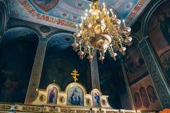 Dnipro Ukraina - Augusti 06, 2017: Kyrka av St Nicholas, den stora guld- eller bronsljuskronan i templet eller domkyrkan Arkivfoton