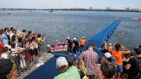 DNIPRO Ukraina-Juni 9, 2019: Dnipro Triathlonfestival, fullföljande av att simma konkurrens, Juni 9, 2019 i Dnipro, Ukraina lager videofilmer