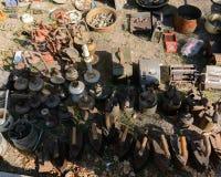 Dnipro UKRAINA - September 2017: Loppmarknad i Dnipro Gammalt till salu tappningmaterial Olika använda produkter: gaslampor Fotografering för Bildbyråer