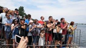 DNIPRO, UKRAINE 9 juin 2019 : Festival de triathlon de Dnipro, finition de la concurrence de natation, le 9 juin 2019 dans Dnipro banque de vidéos