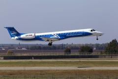 Dniproavia巴西航空工业公司ERJ-145在跑道的航行器着陆 库存图片