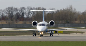 Dniproavia Embraer erj-145 vliegtuigen die op de baan lopen Stock Foto