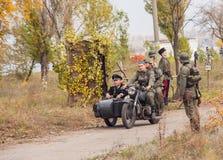 DNIPRODZERZHYNSK UKRAINA - OKTOBER 26: Historisk reenactment för medlem i den Nazi Germany likformign på Oktober 26,2013 i Dniprod Royaltyfri Bild