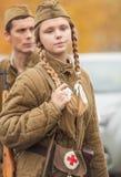 DNIPRODZERZHYNSK UKRAINA, PAŹDZIERNIK, - 26:  Członek Dziejowy reenactment w Radzieckim wojsko mundurze po bitwy na Październiku 2 Zdjęcia Royalty Free