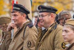 DNIPRODZERZHYNSK UKRAINA, PAŹDZIERNIK, - 26:  Członek Dziejowy reenactment w Radzieckim wojsko mundurze po bitwy na Październiku 2 Obraz Royalty Free