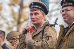 DNIPRODZERZHYNSK UKRAINA, PAŹDZIERNIK, - 26:  Członek Dziejowy reenactment w Radzieckim wojsko mundurze po bitwy na Październiku 2 Fotografia Royalty Free