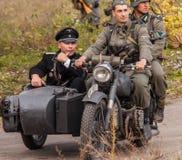 DNIPRODZERZHYNSK UKRAINA, PAŹDZIERNIK, - 26: Członka Dziejowy reenactment w Nazistowskiego Niemcy mundurze na Październiku 26,2013 Zdjęcie Stock