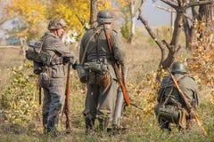 DNIPRODZERZHYNSK UKRAINA, PAŹDZIERNIK, - 26: Członka Dziejowy reenactment w Nazistowskiego Niemcy mundurze na Październiku 26,2013 Zdjęcia Stock
