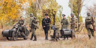 DNIPRODZERZHYNSK UKRAINA, PAŹDZIERNIK, - 26: Członka Dziejowy reenactment w Nazistowskiego Niemcy mundurze na Październiku 26,2013 Obrazy Stock