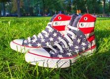 Dnipropetrovsk, de Oekraïne - Augustus, 21 2016: De Tegenovergestelde tennisschoenen van All Star op groen gras Stock Afbeelding
