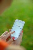 DNIPROPETROVSK, UCRÂNIA - 18 DE SETEMBRO DE 2014: Jovem mulher que usa a busca da Web de Google no telefone esperto Imagens de Stock