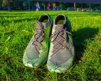 Dnipropetrovsk Ukraina, Sierpień, -, 21 2016: W nowym stylu nike buty na zielonej trawie - illustrative artykuł wstępny Obrazy Stock