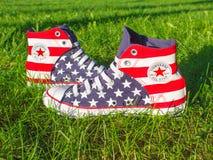 Dnipropetrovsk Ukraina, Sierpień, -, 21 2016: All Star Converse sneakers na zielonej trawie Zdjęcie Royalty Free