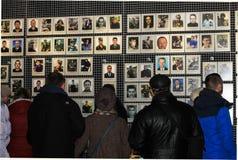 Dniprostad, de Oekraïne De mensen bevinden zich dichtbij portretten van dode militairen, vechters van het Oekraïense Leger, in he stock foto