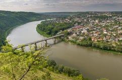 Dnister Zalishchyky i rzeki miasto w lecie, punkt widzenia w Khreshchatyk wiosce, Ukraina fotografia royalty free