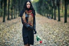 Dünne Brunettefrau in einem Park Stockfotos