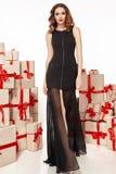 Dünne dünne Zahl moderner modischer Mantel des Abendmakes-up, Kleidungssammlung, Brunette, Geschenkkästen der schönen jungen sexy Stockfotos