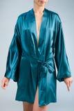 Dünnes Mädchen in einer blauen silk Robe Lizenzfreie Stockfotos