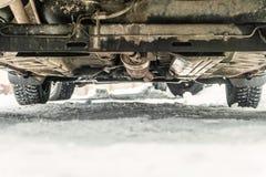 Dno samochód z nabijać ćwiekami oponami na zimy śnieżnej drodze Drogowa odprawa zdjęcie royalty free